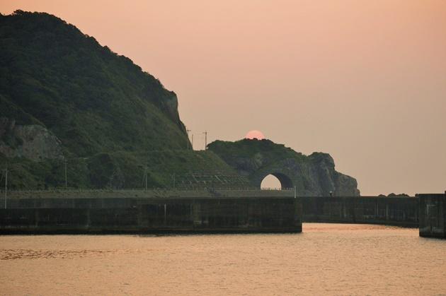 龍郷町円集落「龍の目」雲に隠れる夕日