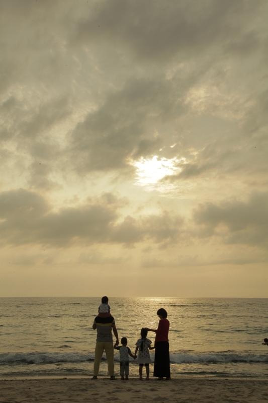 大浜海浜公園の夕日を見るファミリー
