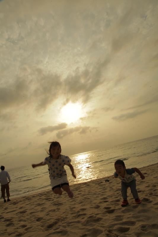 砂浜ではしゃぐ子供たち