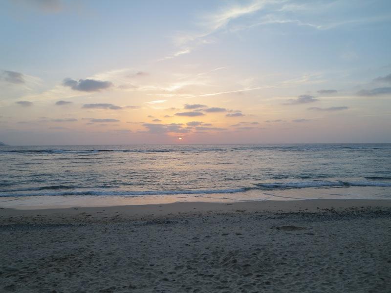 大浜海浜公園の雲がある日の夕日
