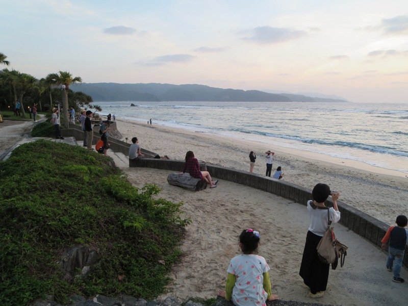 大浜海浜公園、夕日を待つ人々