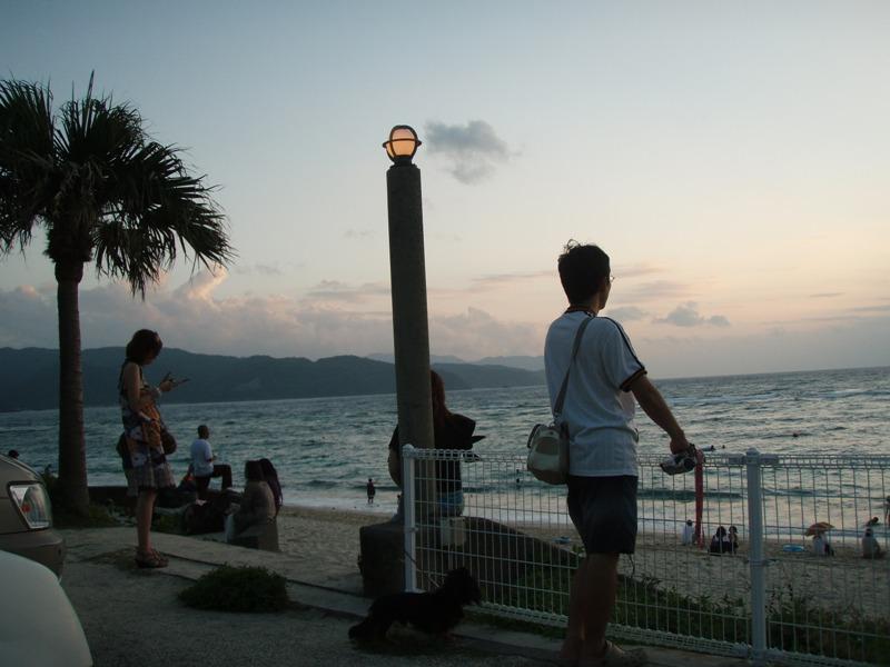 大浜海浜公園の夕日を見る人たち