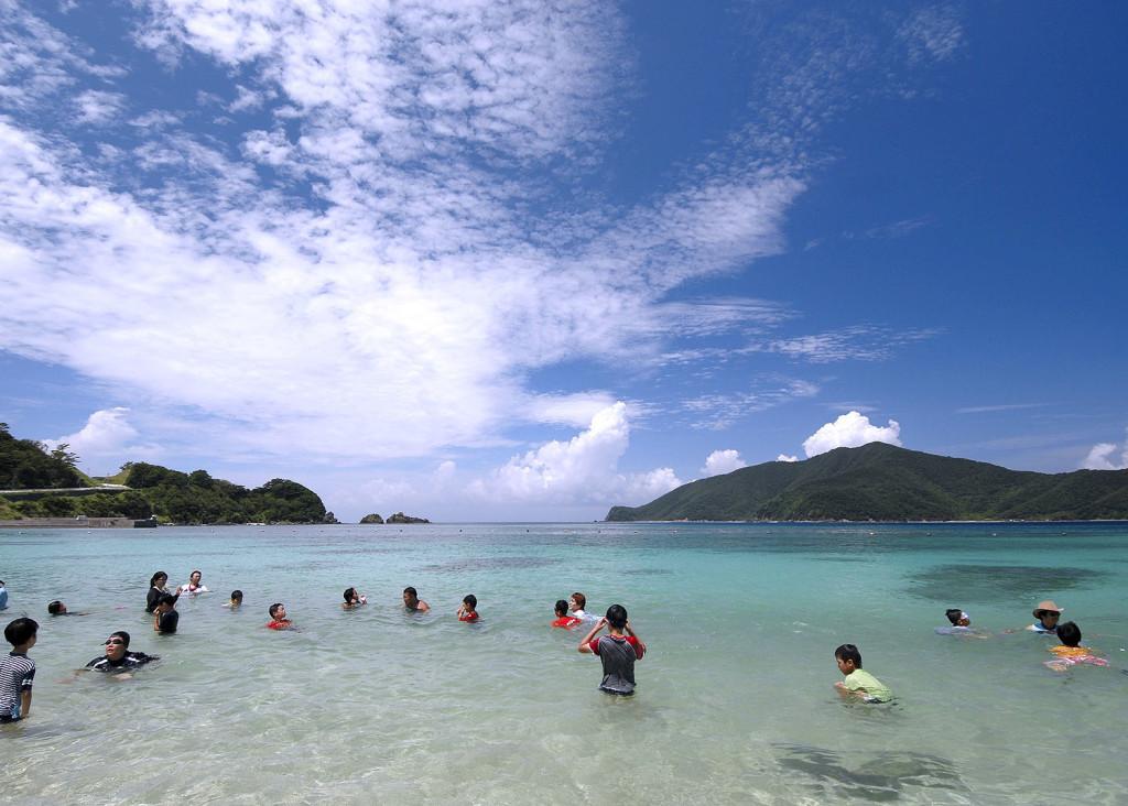 宇検村タエン浜で海水浴をする人たち