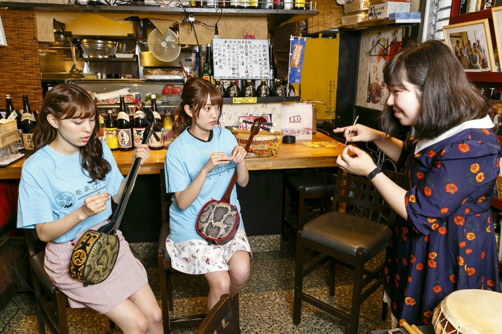 三味線をならうAKB48の小嶋菜月さん、加藤玲奈さん