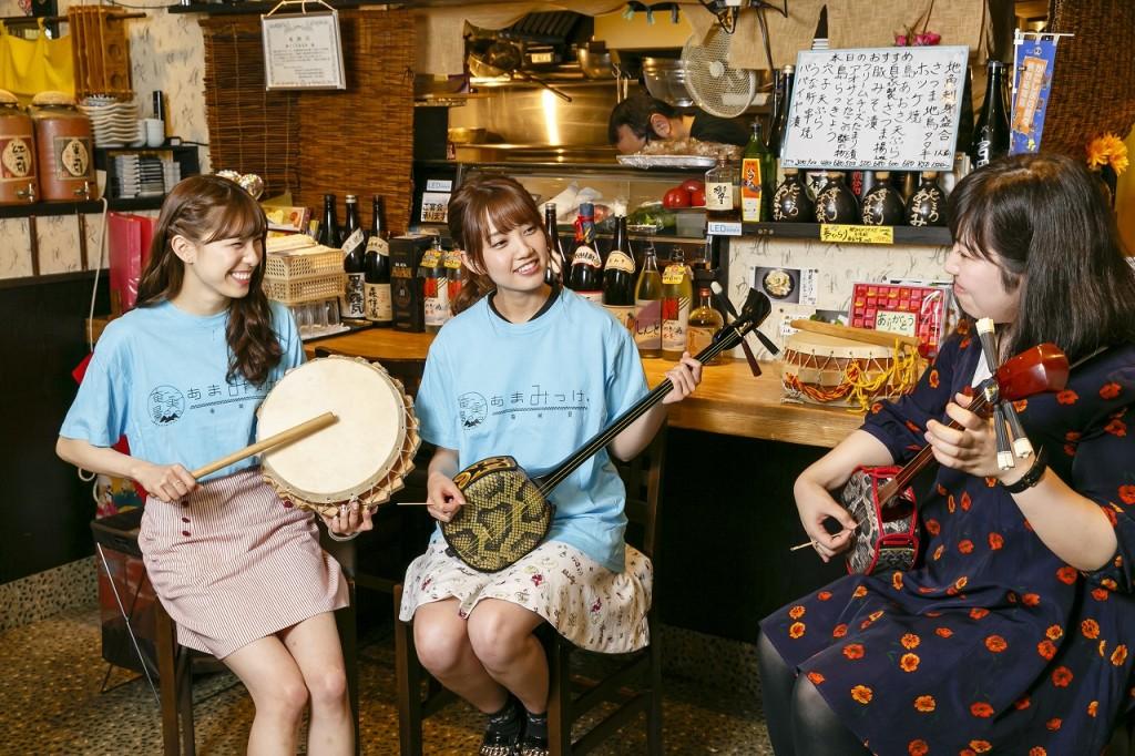 三味線とチヂンを演奏するAKB48の小嶋菜月さん、加藤玲奈さん