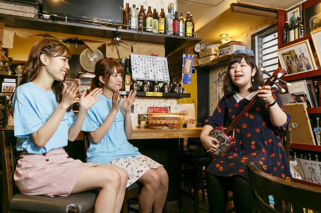 奄美の民謡を聞くAKB48の小嶋菜月さん、加藤玲奈さん
