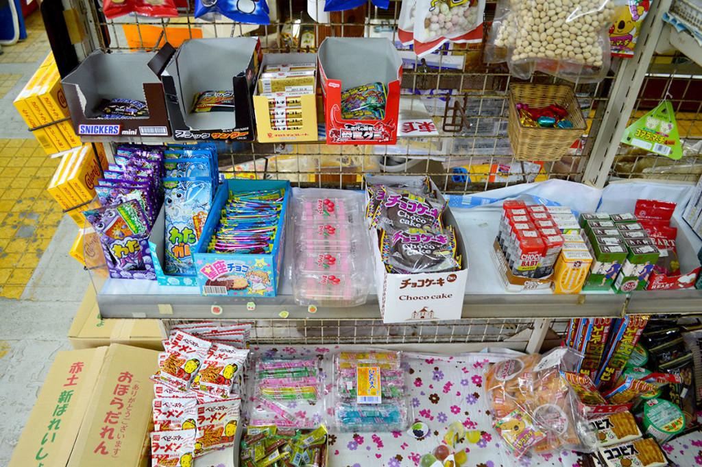 龍郷町円集落、「フレッシュまどか」駄菓子