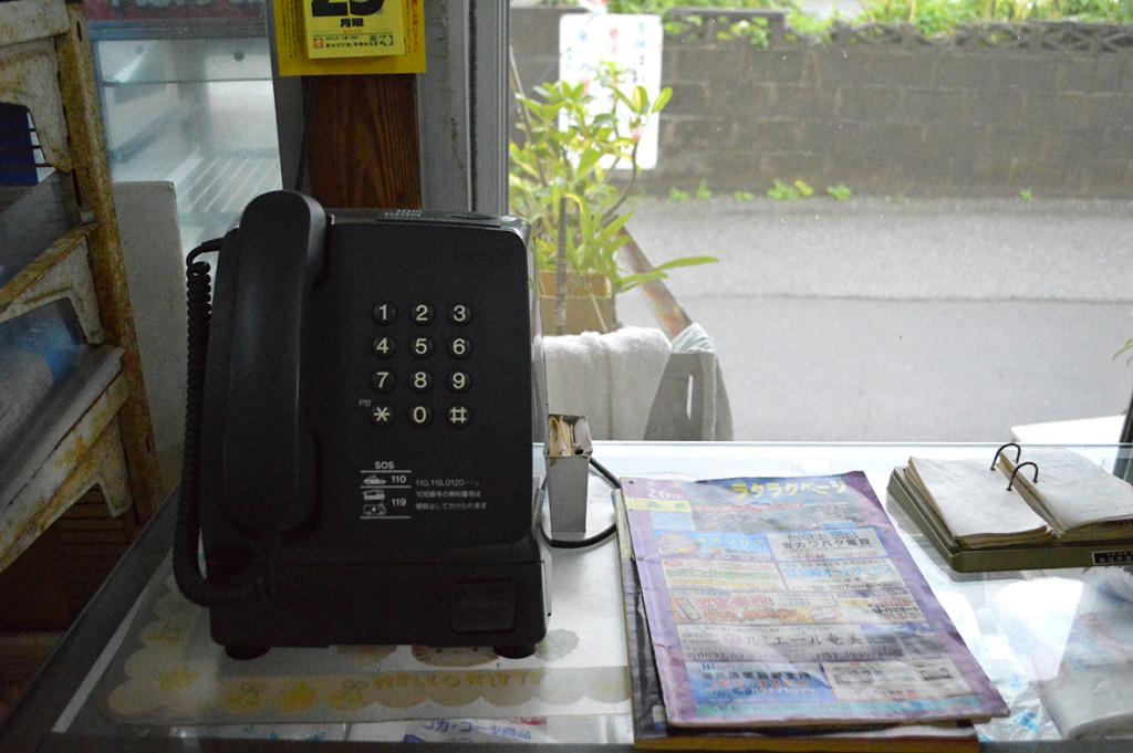 龍郷町円集落、「フレッシュまどか」にある公衆電話