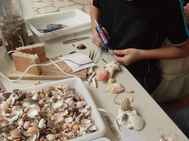 奄美海洋展示館の貝細工体験