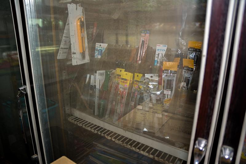笠利ヒガシ商店、電源の入っていない冷蔵庫には文房具が