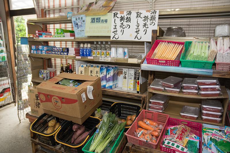 笠利ヒガシ商店、お酒や野菜も売っている
