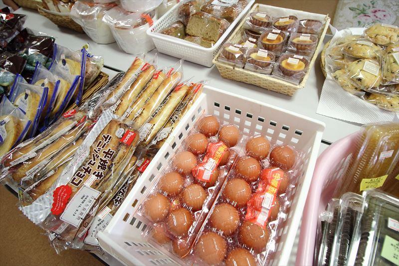 奄美体験交流館には軽食や特産品が販売されている