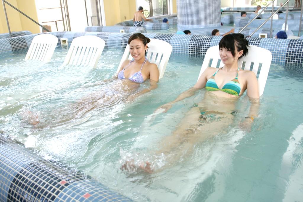タラソ奄美の竜宮でタラソテラピーを楽しむ女性