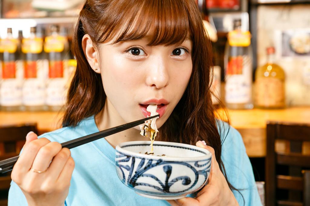 鶏飯を食べるAKB48小嶋菜月