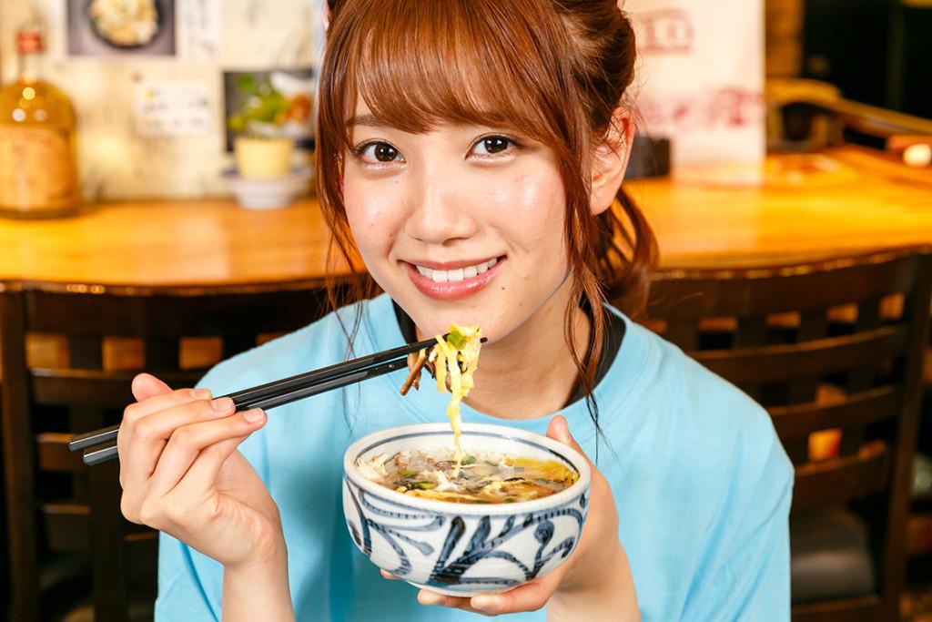 鶏飯を食べるAKB48加藤玲奈さん