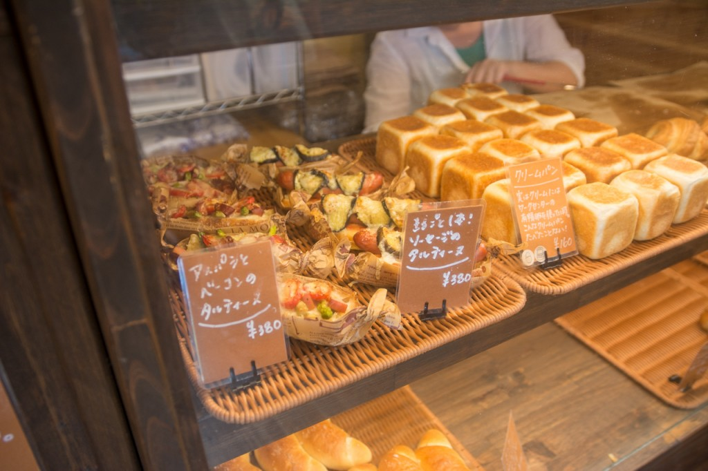 奄美晴れるベーカリーパン陳列棚