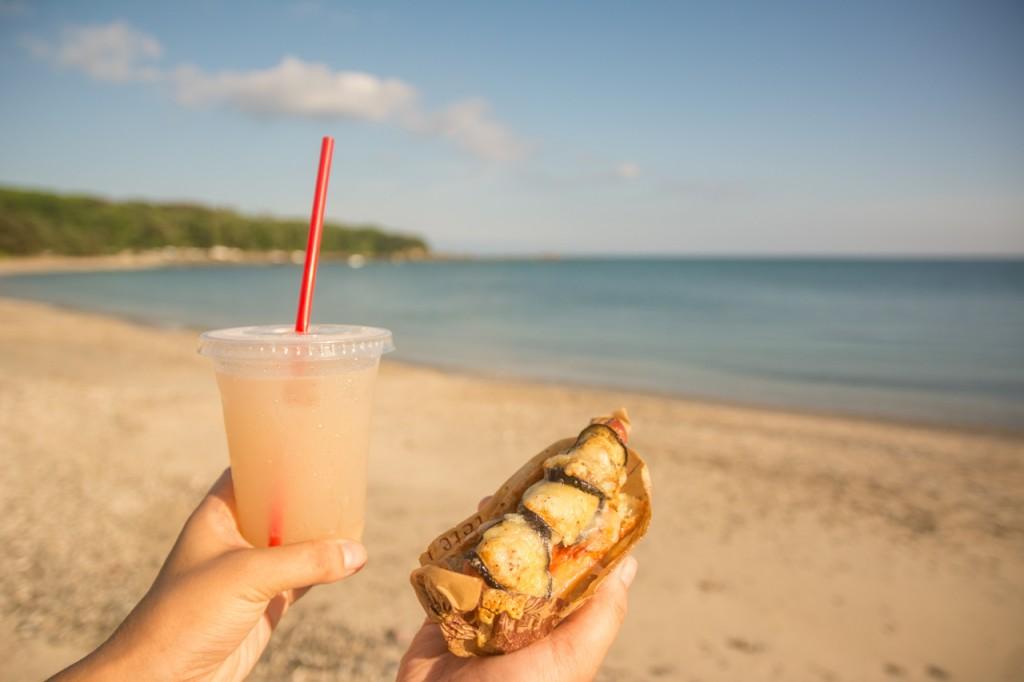 奄美砂浜で食べる晴れるベーカリーのパン