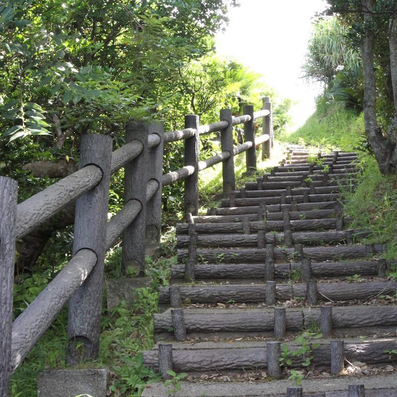 展望台への道はいくつかあって、急だけど短い階段と、緩やかで遠回りの遊歩道がある