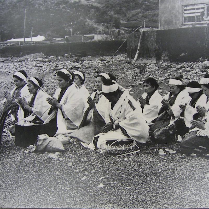 奄美人は海に向かって祈る機会がよくある。嶺山公園ではないが、この写真は今里集落のノロのオムケまつりの写真(昭和53年今里集落) 撮影:桝谷