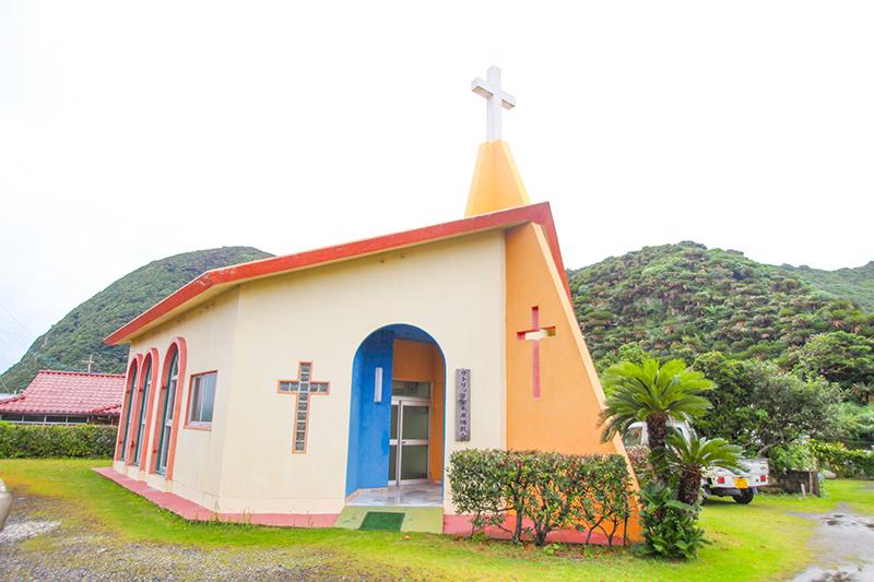 奄美、カラフルなカトリック安木屋場教会