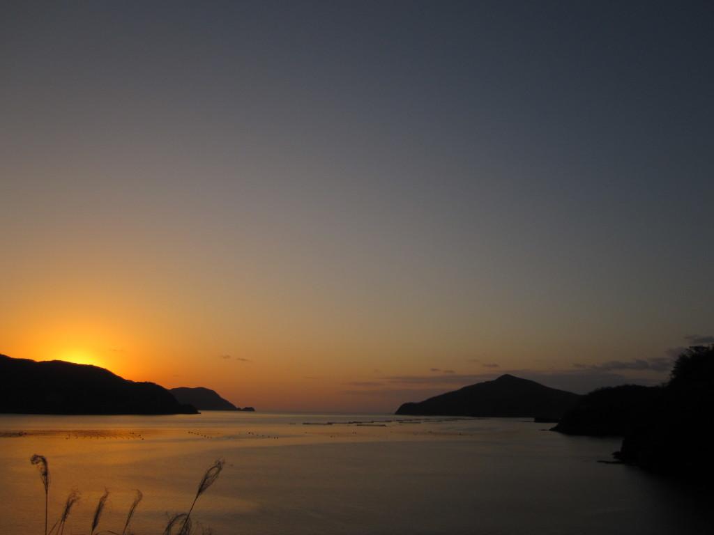 夕焼けに染まる枝手久島