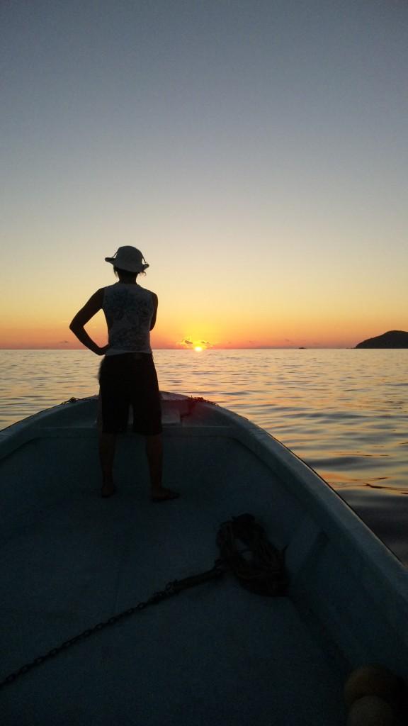 ボートから見る海に沈む夕日