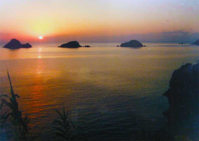 奄美西古見の三連立神と海に沈む夕日