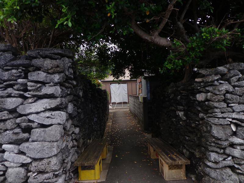 瀬戸内町西古見(にしこみ)集落、石垣の路地の風景