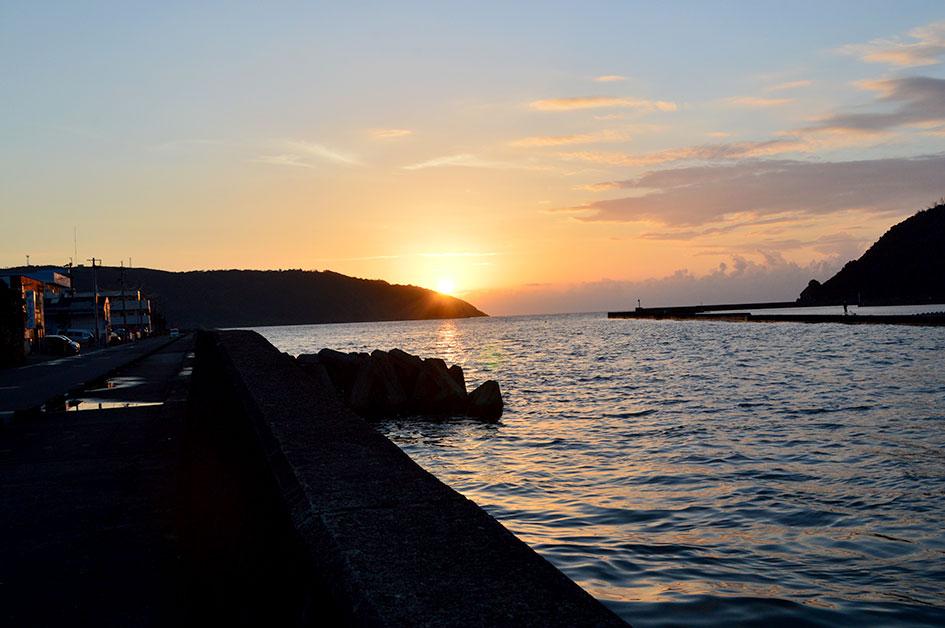 大熊漁港に落ちる夕日