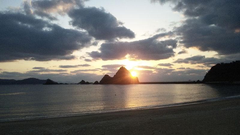 加計呂麻島西阿室:立神に沈む夕日