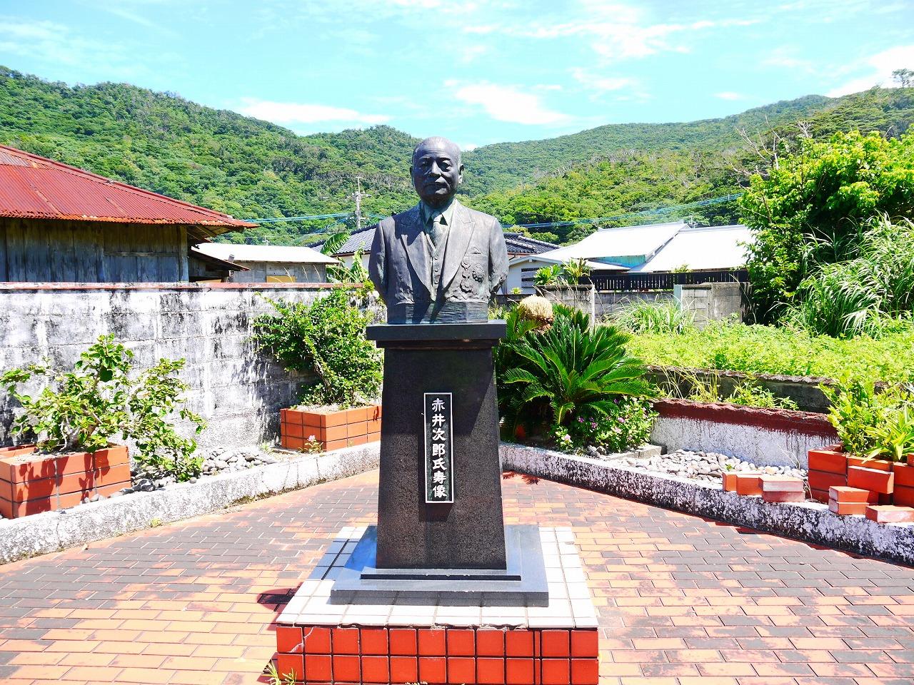 加計呂麻島西阿室、赤井次郎の像