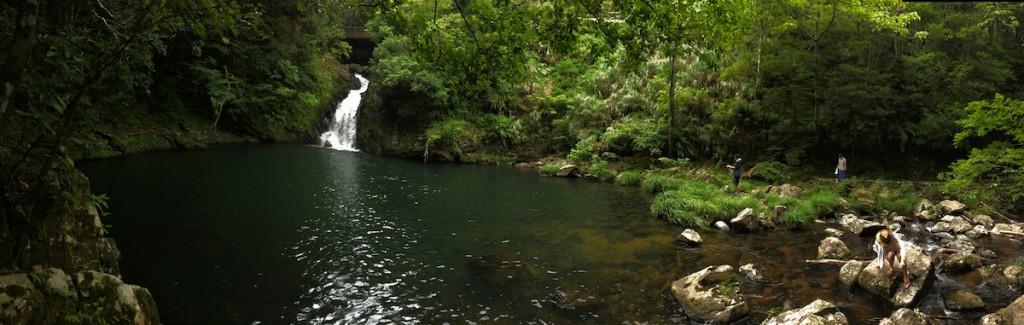 旅人を温かく(水は冷たく!)迎えるマテリヤの滝