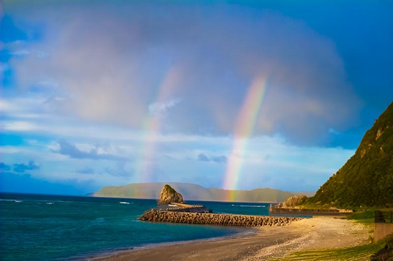 海にかかる二つの虹