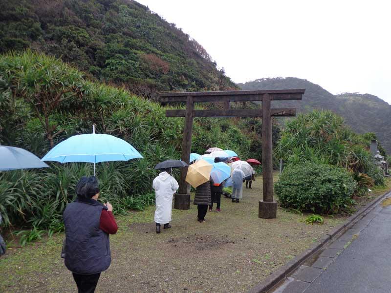 海岸の近くにある厳島神社(奄美・有良)