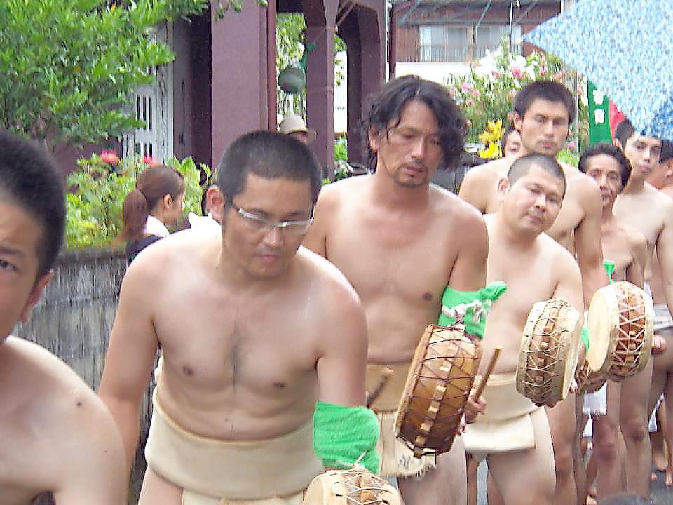 奄美宇検村の豊年祭:チヂンを叩く男性