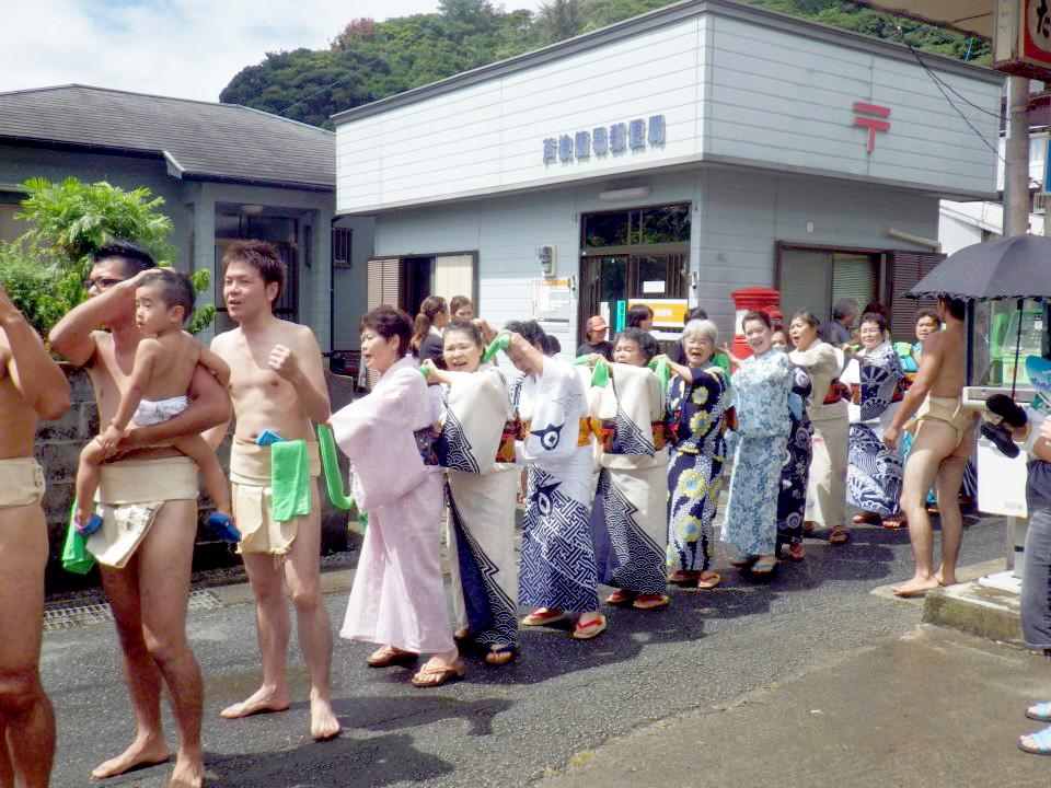奄美宇検村の豊年祭:力士の後ろに続く女性