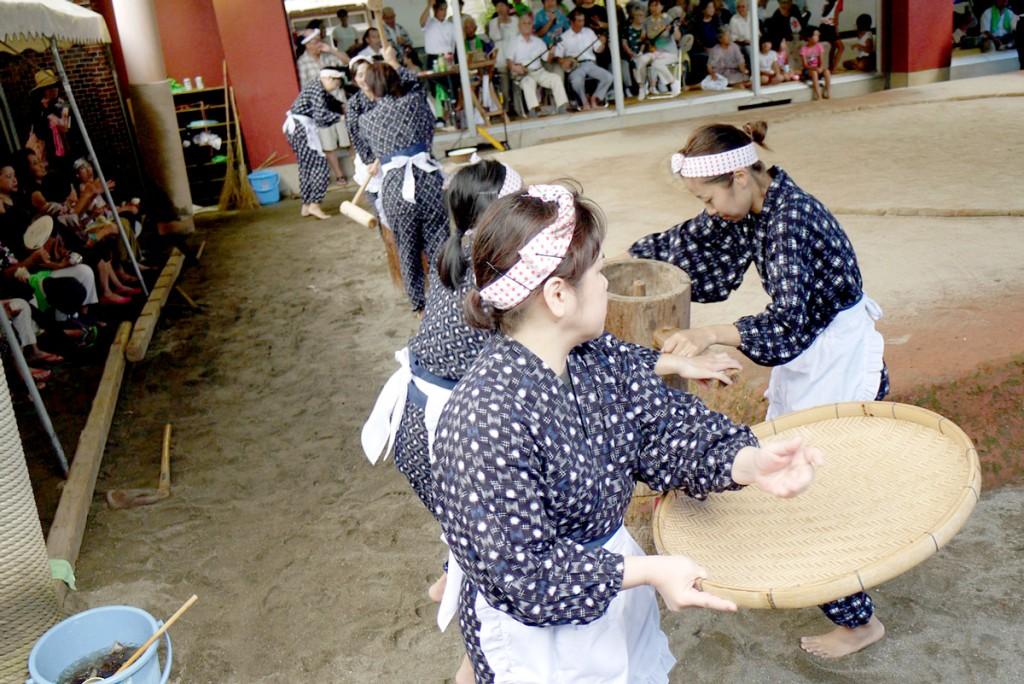 奄美宇検村の豊年祭:稲すり踊り