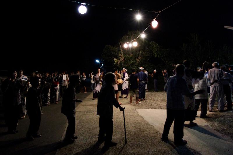 キトバレ踊りや豊年祭は、年配の方々にとっても楽しみな行事。輪に入って歌うだけでもとても楽しそうだ。
