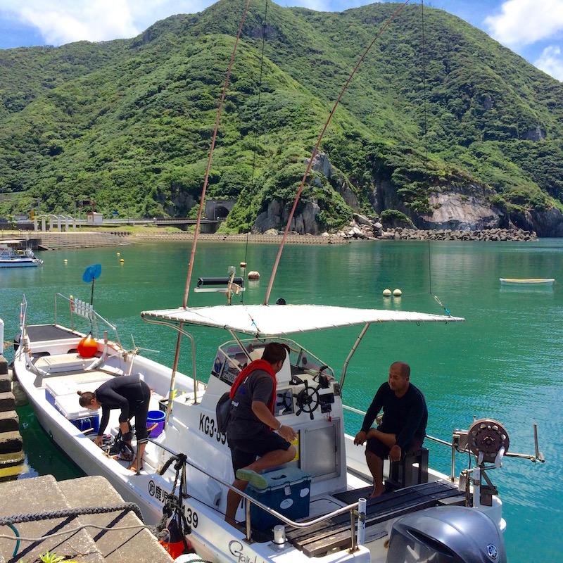 モコモコした山に囲まれた名音港と、3人の船「仁太丸」
