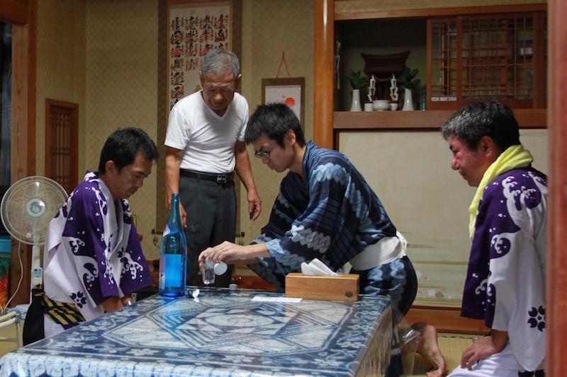 代表者がお神酒を注いで、神棚に祀る。大和村ではトネヤは民家だ。