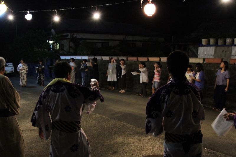 会場には提灯が灯り、雰囲気がいい。女子中学生が踊っている人にお茶やお酒を運んできてくれる。