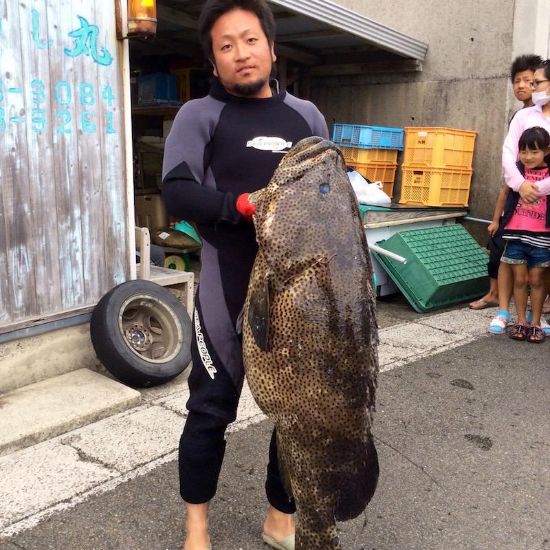 自慢の獲物を捕った時の写真① 彼らのSNSにはいつも驚くほど大きな魚が登場して、どんな格闘の末に釣り上げたのだろうと想像してしまう。