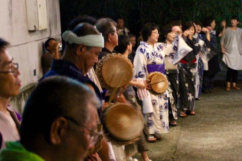 奄美大和村のキトバレ踊り:チヂンを鳴らし踊る