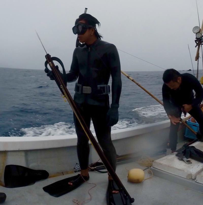 仁太丸、水中銃を持って海に入る漁師(奄美)