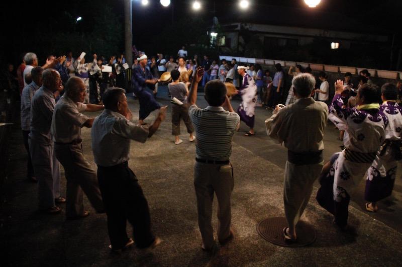 テンポの速い唄は、やっぱり盛り上がる。これは「戸円の白真塩」で、一番歌詞が簡単で踊りやすい曲だ。
