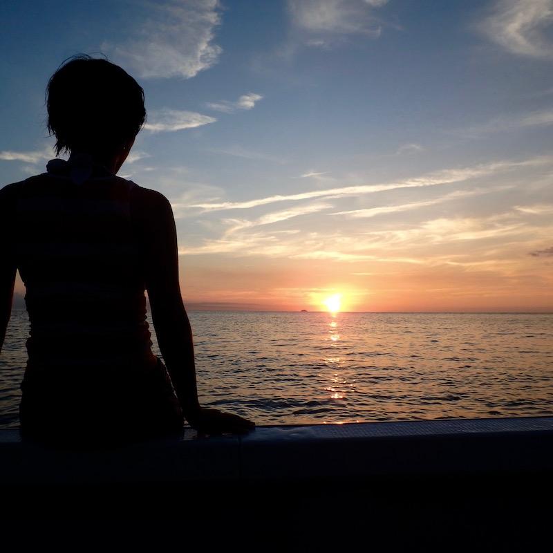 船の上から見る夕陽