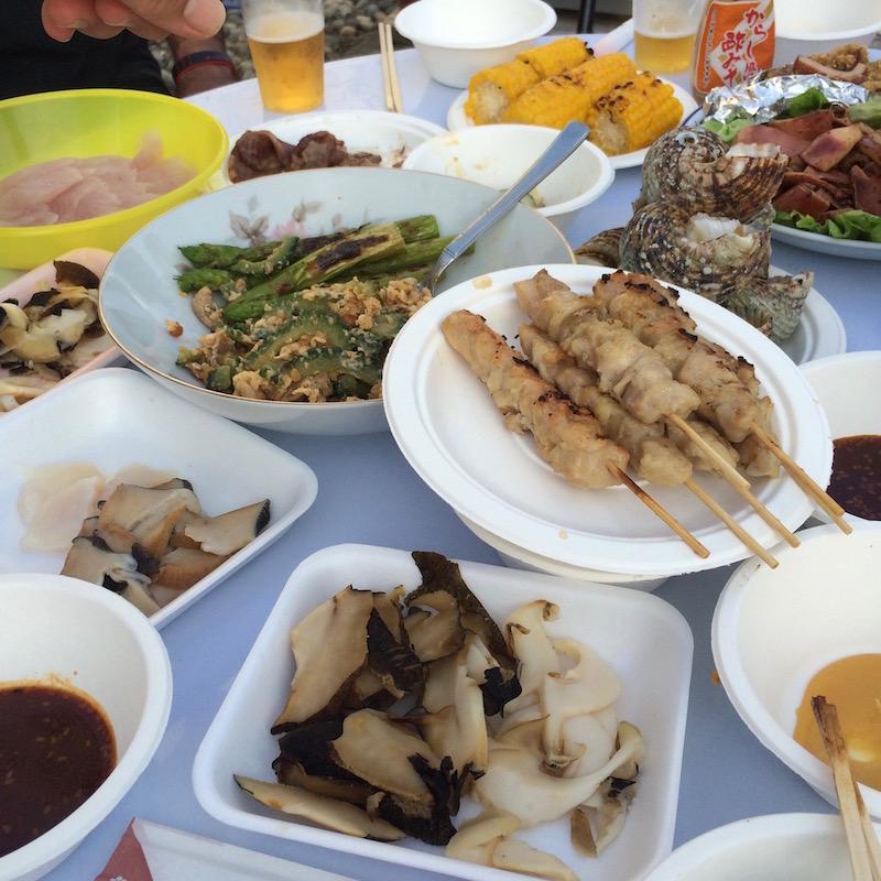この日は親戚の帰省もあり、4種類の貝と、てんこ盛りのお刺身と、バーベキューと焼き鳥という特に豪華な内容だった。