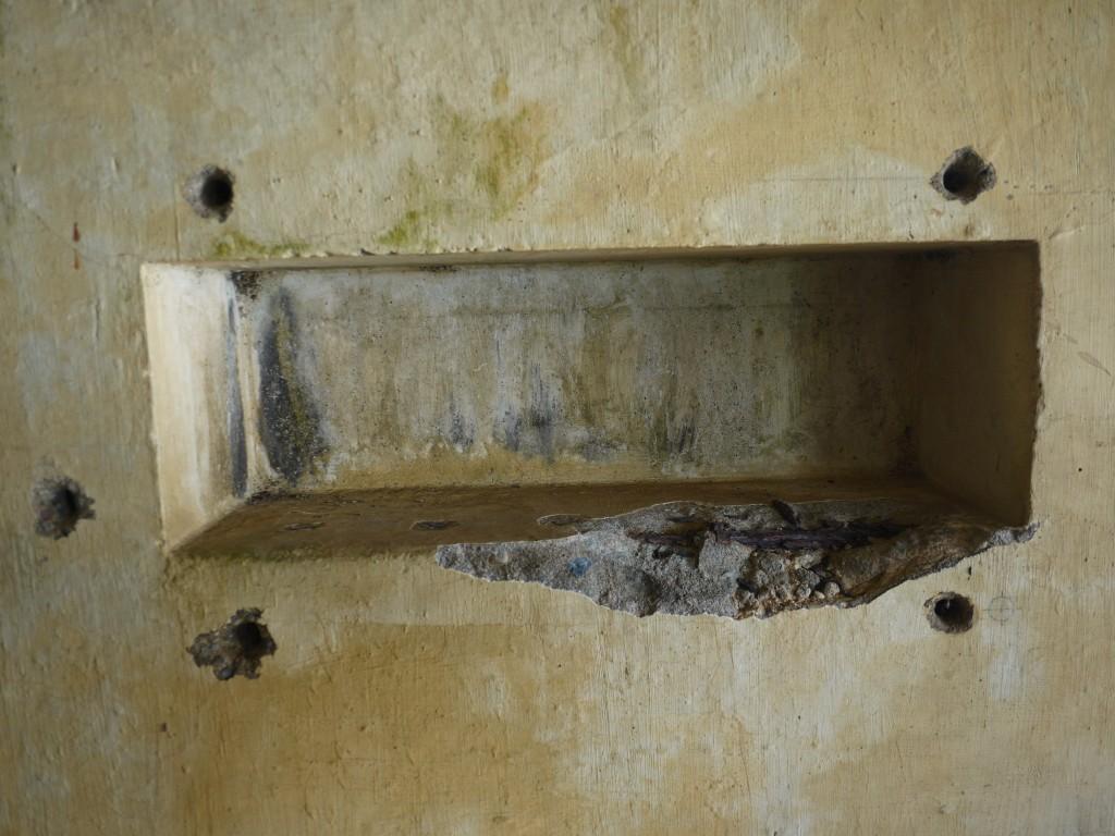 瀬戸内町西古見観測所内部の穴