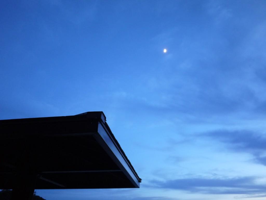 遠くに見える小さい月