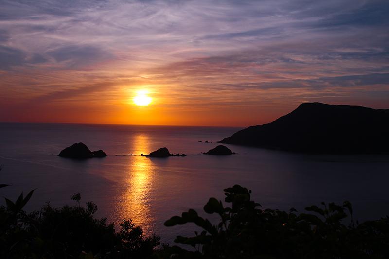 奄美西古見の三連立神を照らす夕日